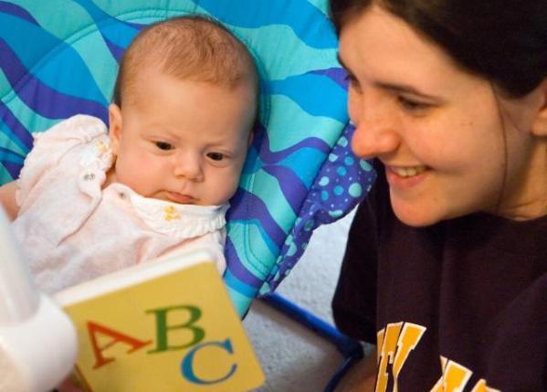 regalan al bebe un libro al nacer