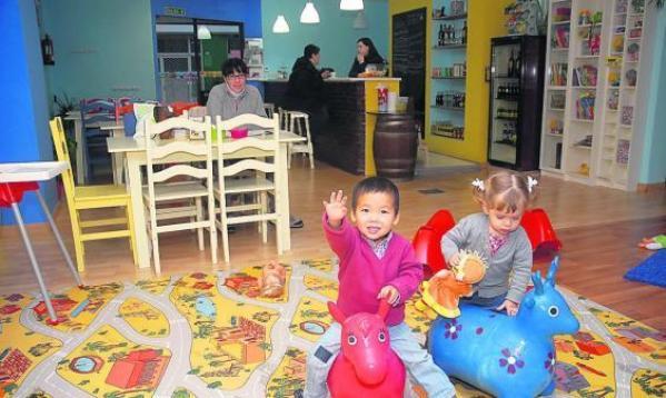 O Circo do Mundo, un bar para los papás y una guardería para los bebés