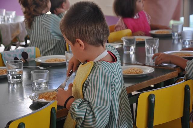 Familias atendidas por la Creu Roja no pueden alimentar bien a sus niños