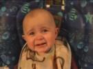 Bebé emocionado cuando escucha cantar a su madre