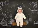 una pizarra, un bebe y una foto1
