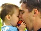 Hombres con testículos pequeños, mejores padres