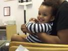 Bebé riéndose mientras le ponen las vacunas