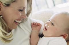 Los bebés bilingües se fijan más en los labios y durante más tiempo