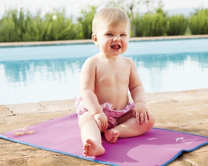 bebés siempre vigilados en la piscina