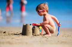 Juegos para los bebés en la playa