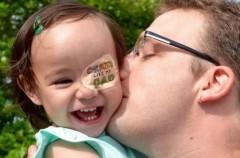 Un papá crea dibujos en el parche del ojo de su bebé