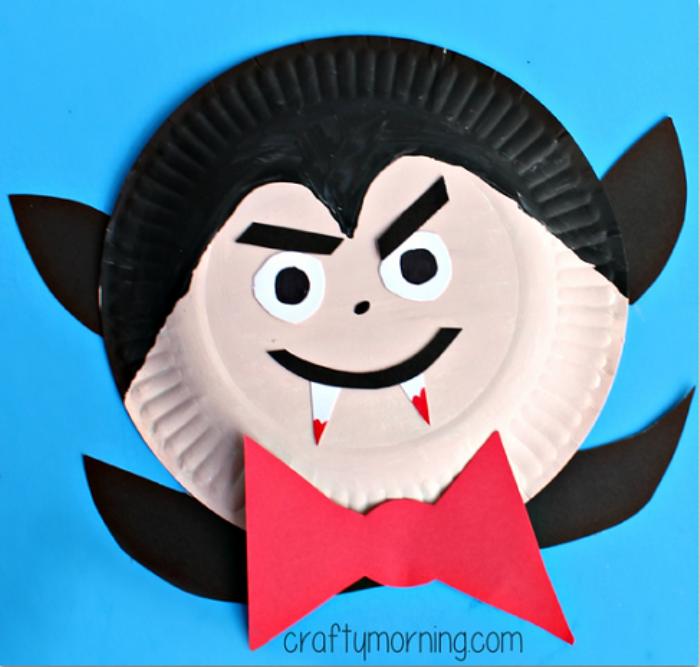 vampiro con plato de papel