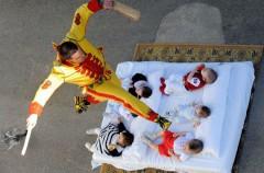 El Colacho, la tradición de saltar sobre los bebés