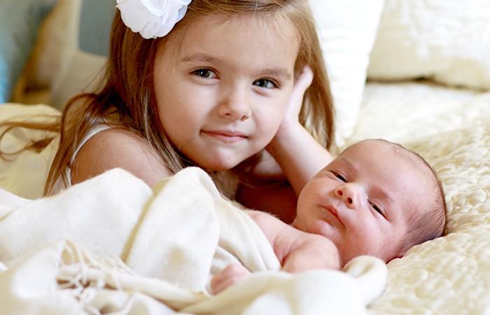 bebé y hermana mayor
