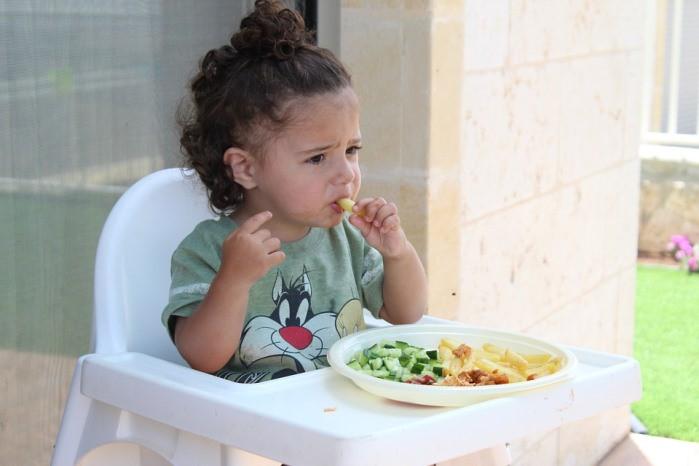 bebé comiendo sano