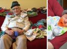 Un anciano teje gorritos para bebés prematuros
