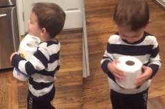 El mejor regalo navideño para este niño: un rollo de papel higiénico