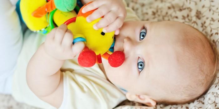 Bebé con un juguete