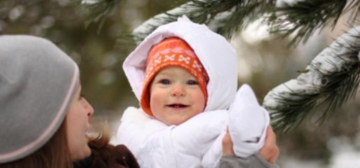 Bebé paseando en invierno