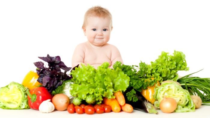 bebé con verduras