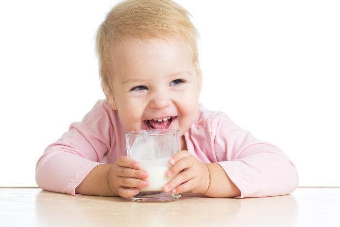 bebé bebiendo leche
