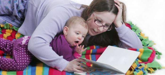 mamá leyendo al bebé