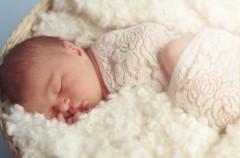 Tres pequeños trucos para que vuestro bebé duerma después del cambio horario