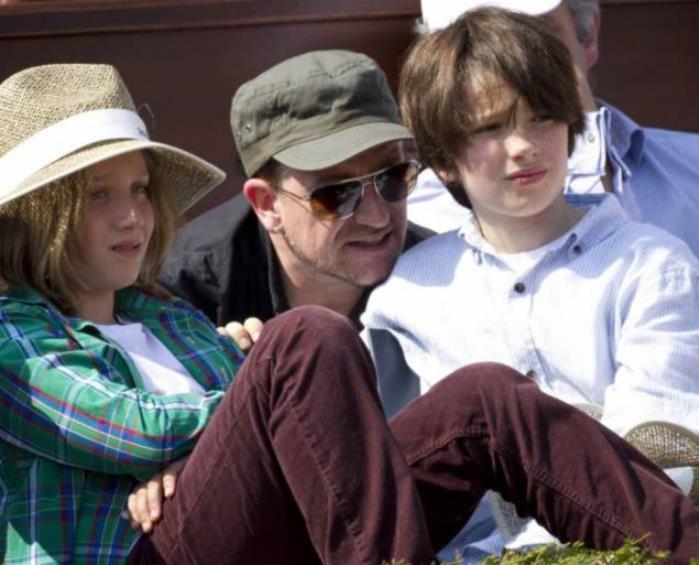 Bono con sus hijos