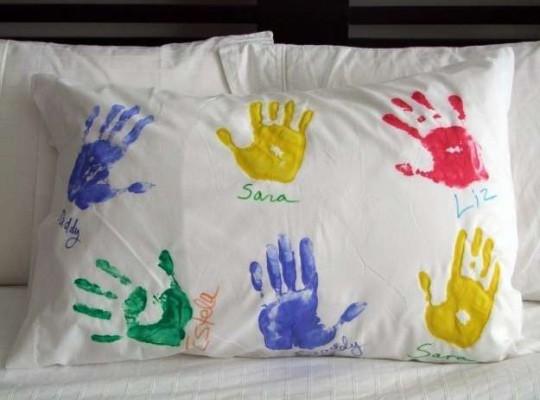 Almohada con las huellas del bebé