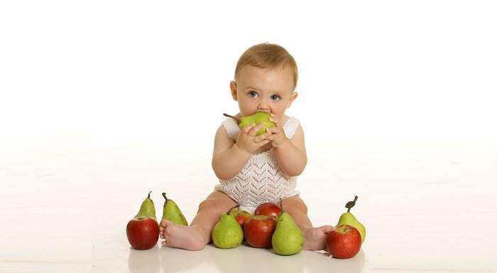 Bebé y frutas