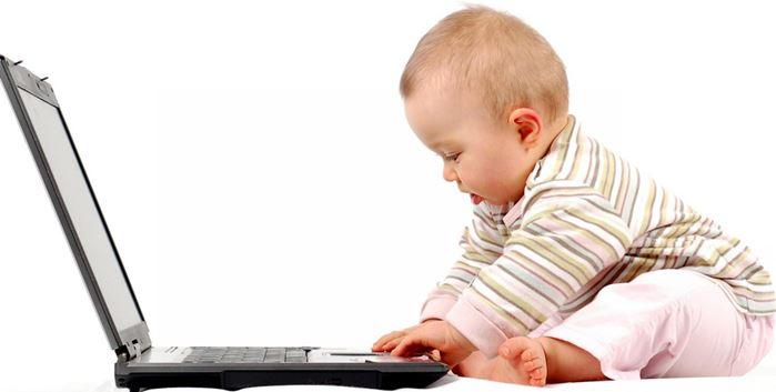 bebé con ordenador