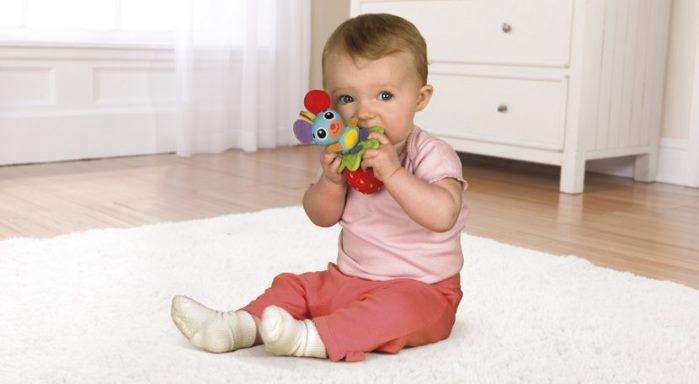 bebe con sonajero
