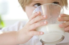 Superar la alergia a la leche de vaca ya es posible
