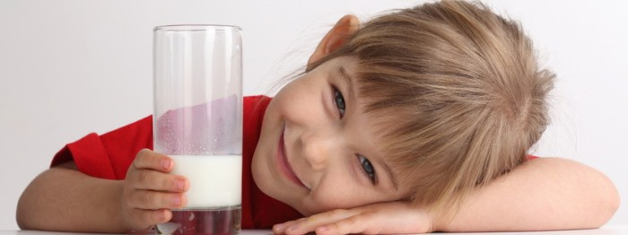 niño bebiendo leche vegetal