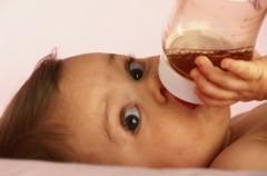 Los bebés no deben tomar zumos hasta, al menos, cumplir el año