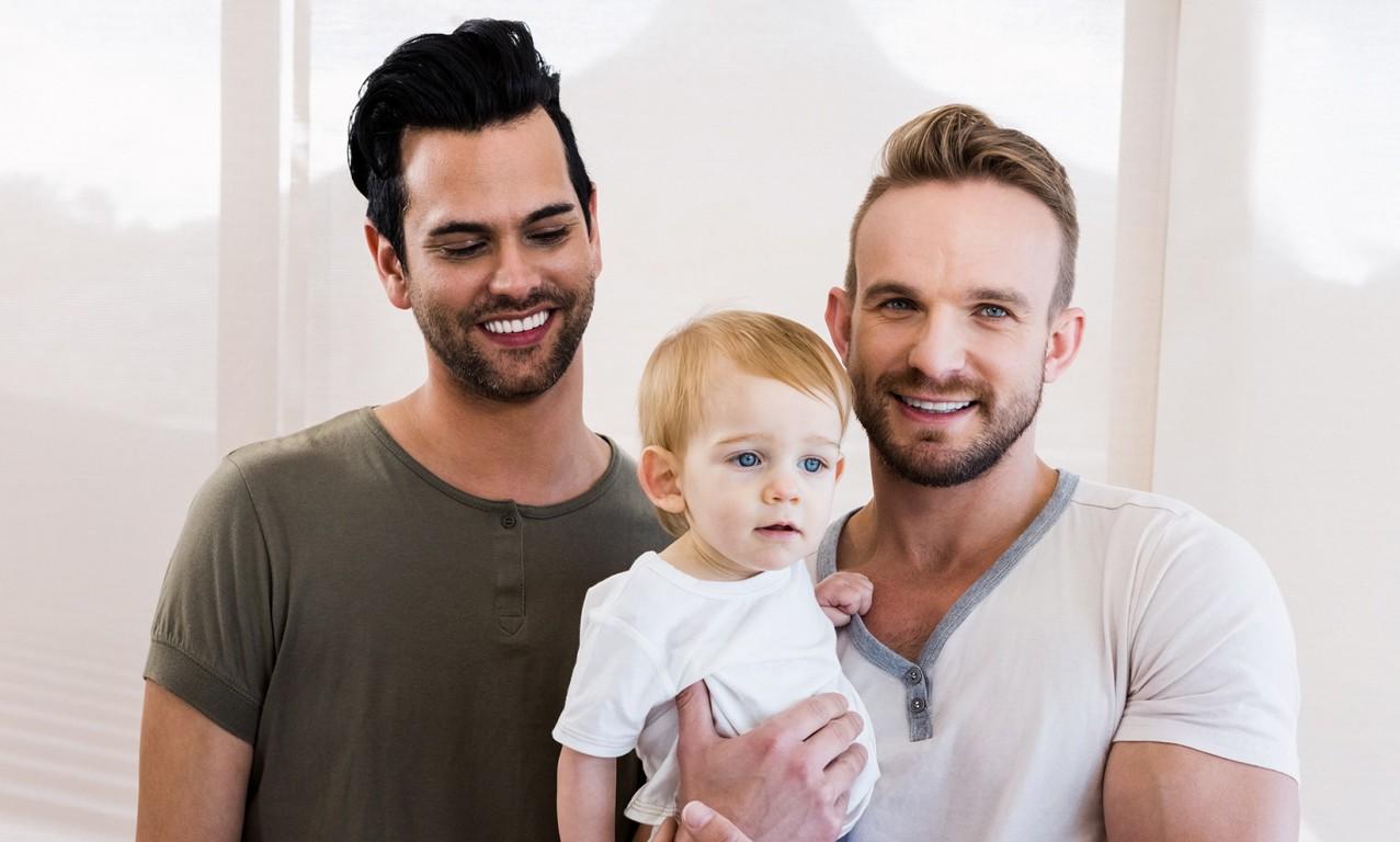 pareja gay con hijo