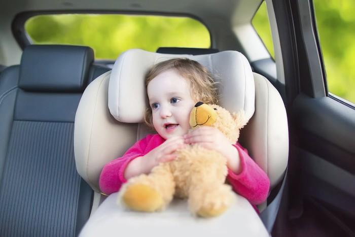 niños viajando seguros en el coche