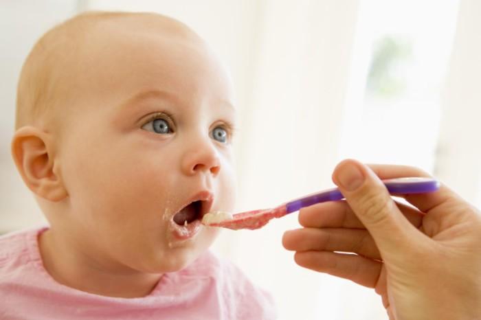 Bebé comiendo pescado