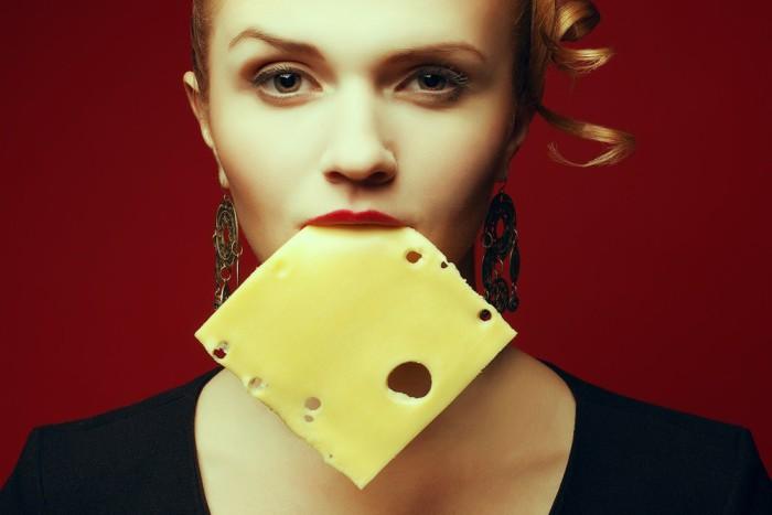 mujer comiendo queso