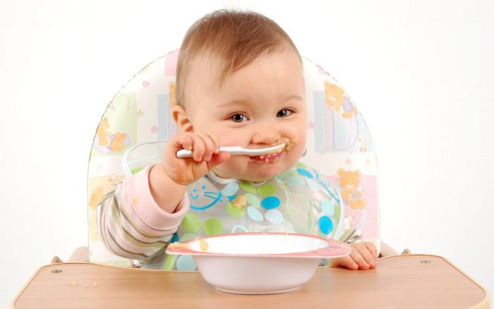 bebé comiendo papilla de pescado