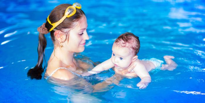 bebé y mamá en la piscina