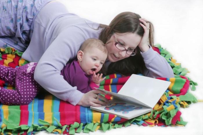bebé leyendo con mamá