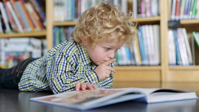 niño leyendo cuentos