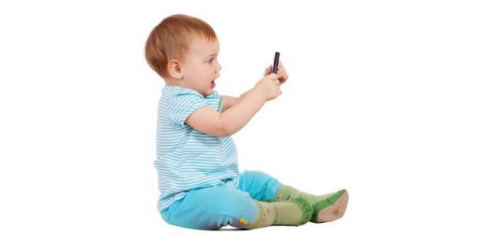 bebé con smartphone
