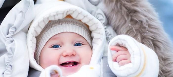 Bebé abrigado en invierno