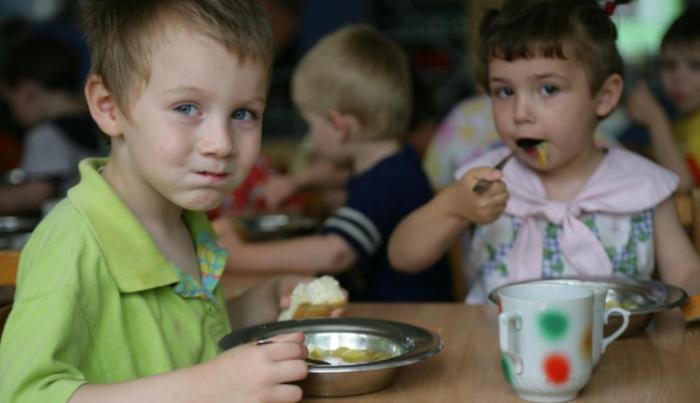 niños en el comedor