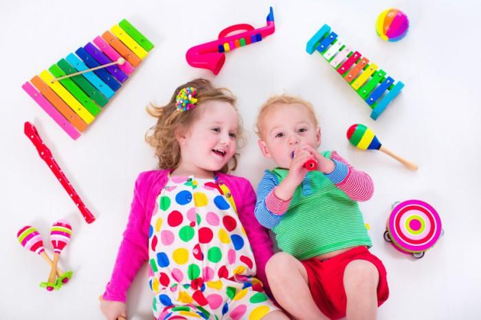 niños jugando con la musica