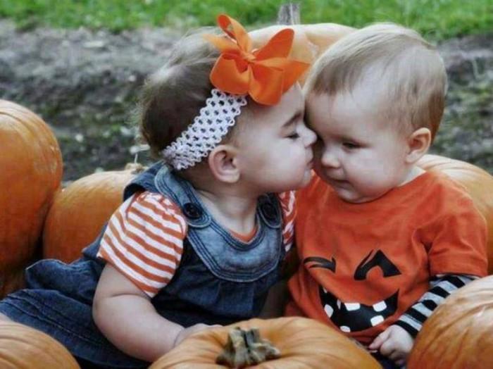 Bebés besándose