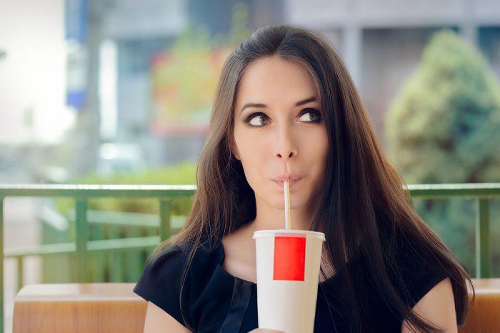 Mujer tomando un refresco