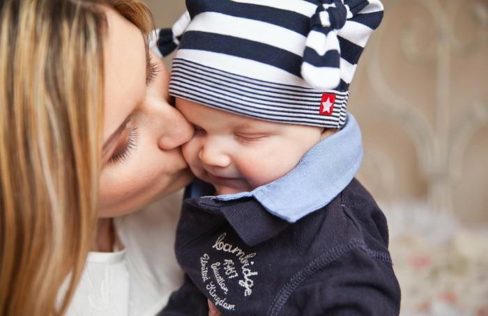 La falta de besos y caricias al bebé le trastorna los genes