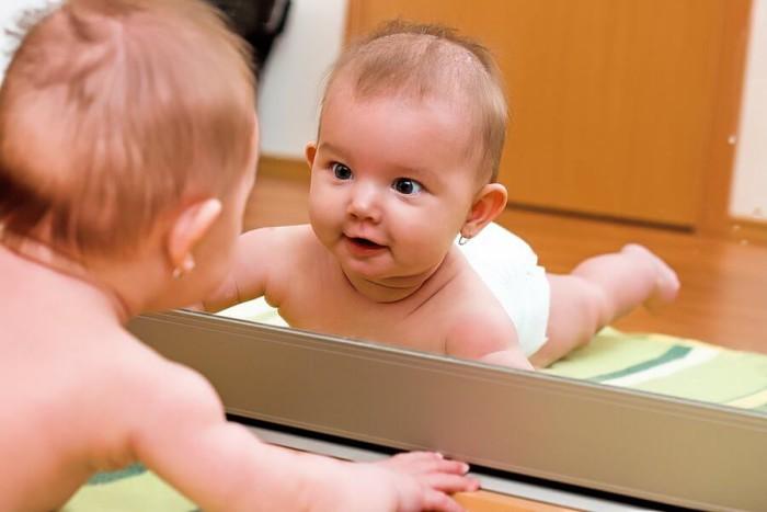 Bebé ante el espejo