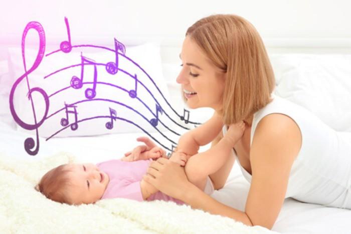 mamá cantando al bebé